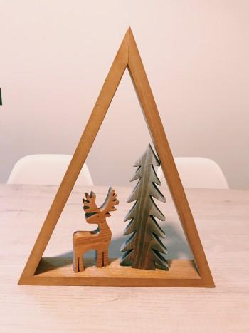 Triangolo in legno con albero e renna